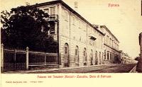 """Il palazzo Massari su corso Porta Mare. In primo piano la """"palazzina bianca"""" che fu sede dei Cavalieri di Malta"""